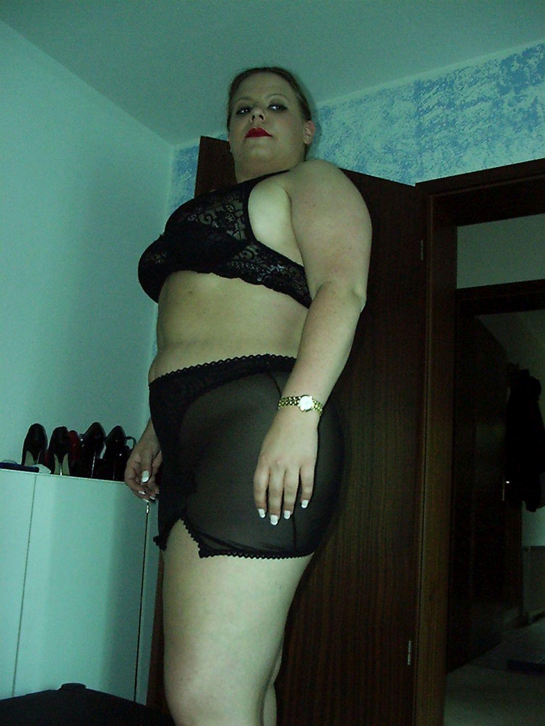 pummelige Frau in sexy Unterwäsche